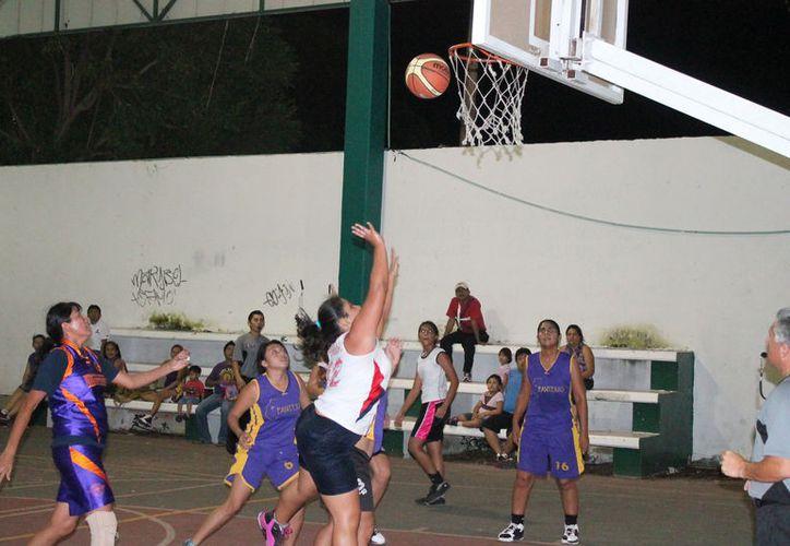 Con atractivos duelos se llevó a cabo la sexta fecha de este torneo que es organizado por la dirección de deporte municipal. (Miguel Maldonado/SIPSE)