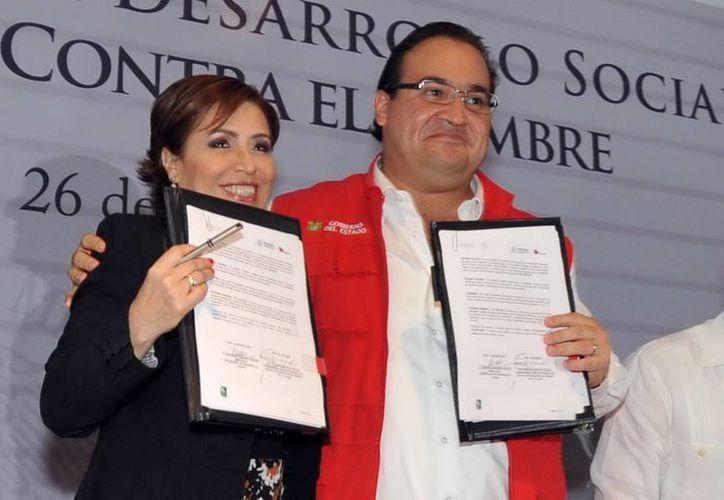 Rosario Robles, titular de la Sedesol, y el gobernador de Veracruz, Javier Duarte, al firmar un acuerdo en torno a la Cruzada Nacional. (Notimex/Archivo)