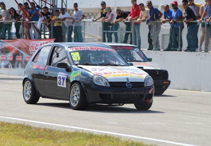 Hugo Bonilla, de la escudería Bonilla Racing Team con el auto número 37, se llevó los máximos honores. (Raúl Caballero/SIPSE)