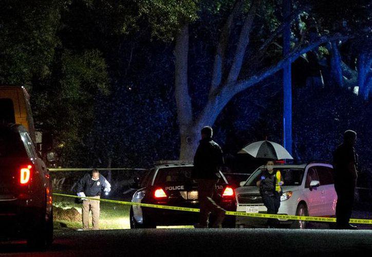 Autoridades investigan la escena de un tiroteo el sábado 7 de noviembre de 2015, donde la juez del distrito Julie Kocurek fue baleada el viernes por la noche en el camino de entrada a su casa en Austin, Texas. (Jay Janner/Austin American-Statesman via AP)
