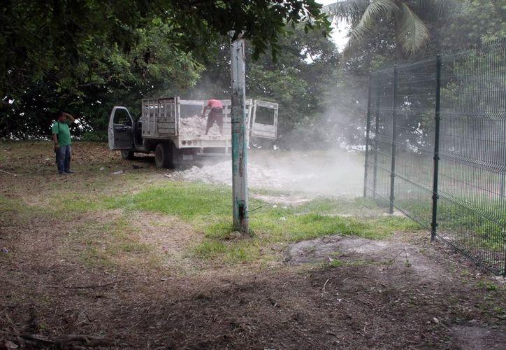 Una camioneta de redilas empezó a tirar escombro y se observan dos predios claramente delimitados. (Joel Zamora/SIPSE)