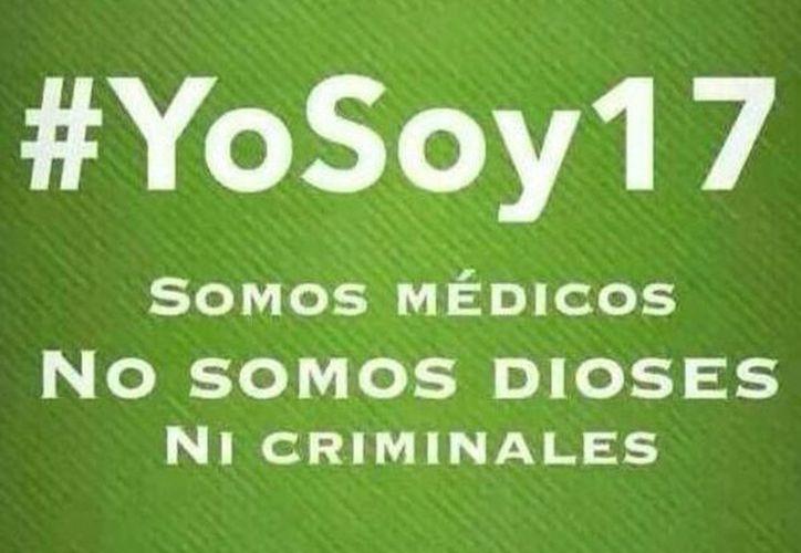 """El hashtag #Yosoy17 surgió luego de la denuncia y posterior orden de aprehensión sobre 16 médicos del IMSS acusados de negligencia; ahora médicos marcharán a nivel nacional con la consigna: """"no somos dioses"""". (Twitter)"""