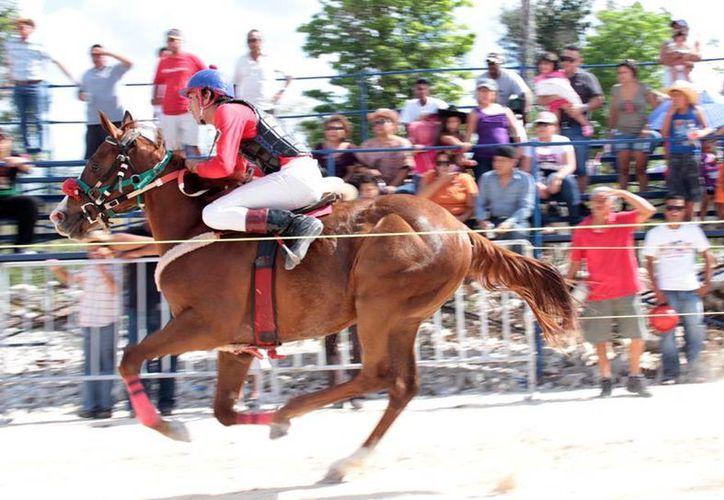 Los fanáticos disfrutaron la semifinal de las carreras de caballos. (Cortesía/SIPSE)