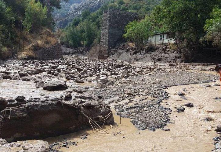 Imagen de un puente destruido en el Cajón del Maipo, una zona montañosa cercana a Santiago de Chile. (@jesus_acunamoya)