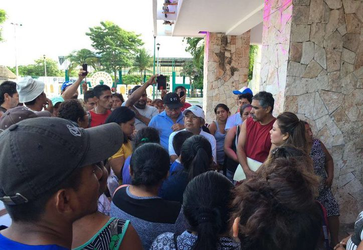 El grupo desalojado se plantó en la explanada y planta baja del palacio de gobierno. (Sara Cauich/ SIPSE)