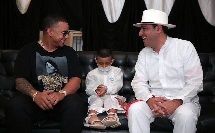 Daddy Yankee recibió al alcalde Mauricio Vila y a Lander Chablé, quien forma parte de la institución  'Sueños de Ángel'. (Milenio Novedades)