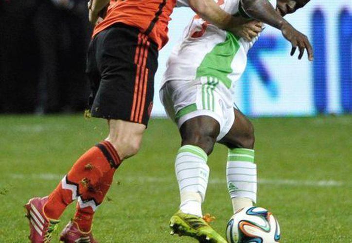 """Aunque hubo falta de entendimiento con sus compañeros, Andrés Guardado (i) se asoció con Carlos Peña y le dio al """"Tri"""" una buena profundidad en el partido con Nigeria. (Agencias)"""