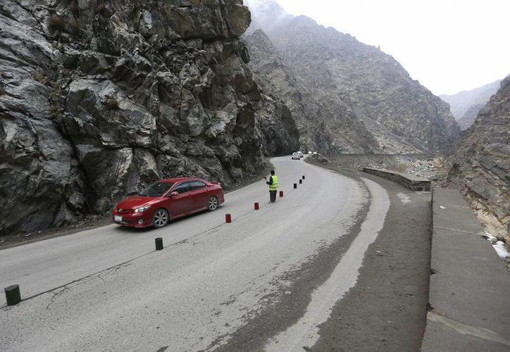 Más de 150 viviendas han quedado destruidas por las avalanchas y que otras 50 quedaron seriamente averiadas. Imagen de contexto de una carretera de Kabul. (AP Foto / Rahmat Gul)