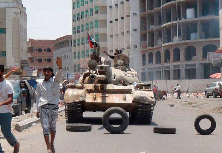 Militares toman posiciones en una calle de Aden, Yemen, país sacudido por la guerra civil. Según la ONU, han muerto más de 500 personas en los combates de los últimos días. (AP)
