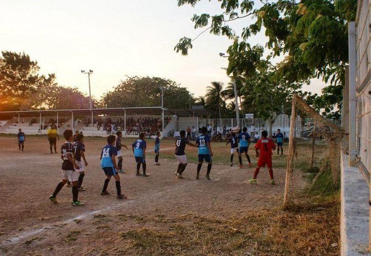 Con cuadrangular de futbol y kermés promueven la aportación de donativos para ayudar a los familiares del joven al que un rayo le quitó la vida en Progreso. (Milenio Novedades)