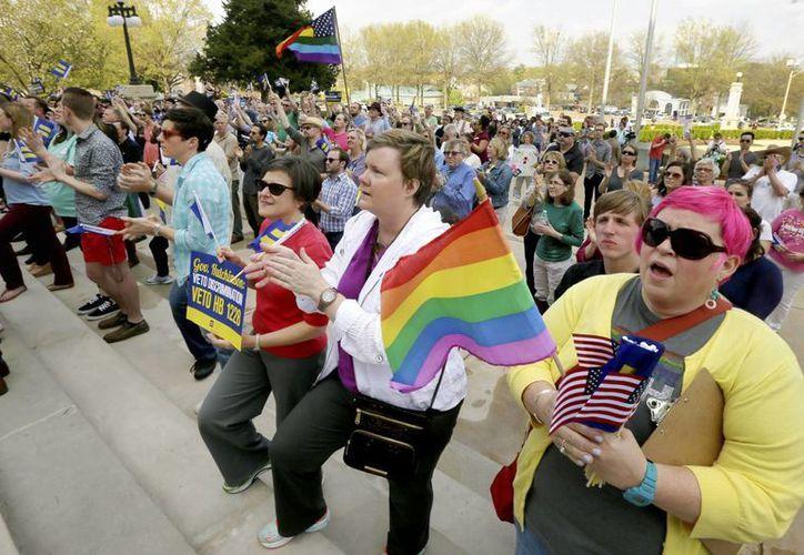 Diversas personas se manifestaron a las afueras del Congreso de Arkansas, en Little Rock, en rechazo a la ley sobre libertad religiosa. (Foto: AP)