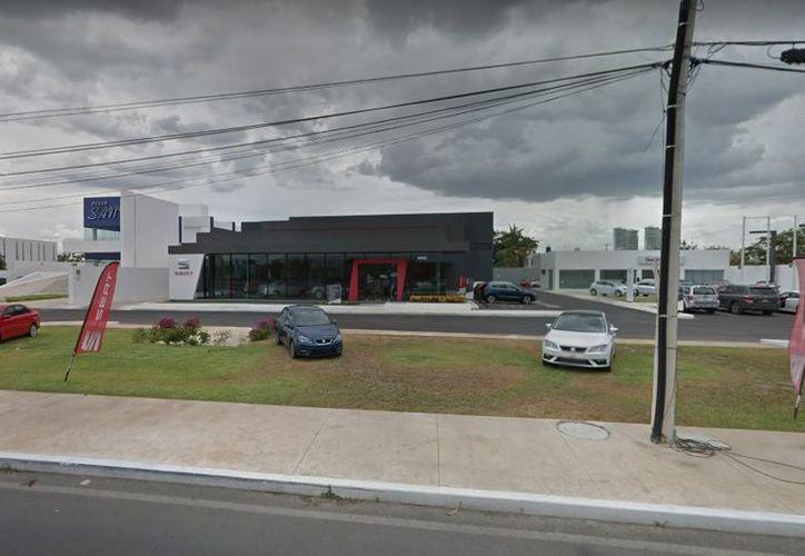 El pasado jueves un vigilante y un taxista fueron sorprendidos cuando forzaban una puerta de la agencia automotriz Seat. (Google Maps)