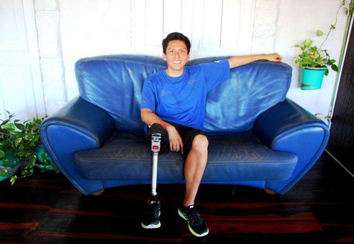 El atleta paraímpico Víctor Javier Pérez de Jesús invita a los jóvenes a practicar deporte. (Daniel Pacheco/SIPSE)