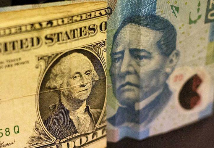 En casas de cambio localizadas en el  AICM, el dólar estadounidense se vende en un promedio de 18.76 pesos. (SIPSE.com)