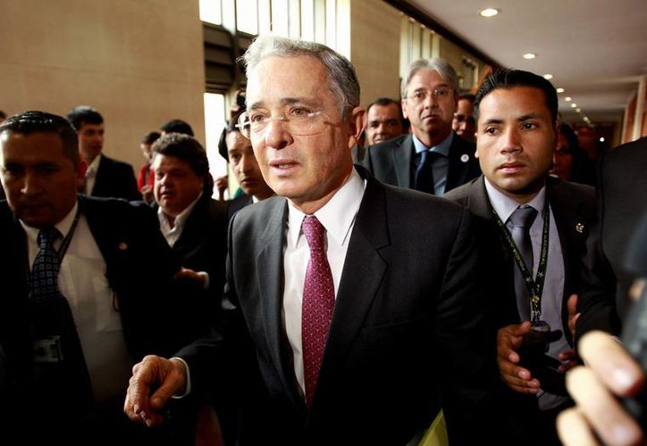 Álvaro Uribe Vélez a su llegada a la sede de la Corte Suprema de Justicia tras retirarse del debate de control político sobre paramilitarismo que se realiza en el Senado de su país. (EFE)