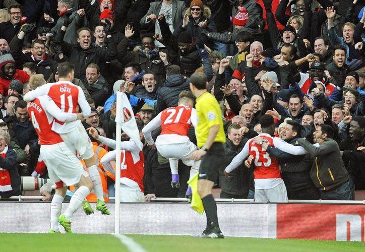 Celebración de Theo Walcott y Alexis Sánchez en el primer gol del Arsenal ante el Leicester (EFE)