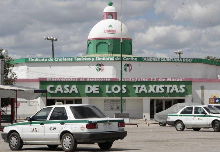 Usuarios verifican que la cantidad cobrada por el taxista corresponda al tarifario. (Tomás Álvarez/SIPSE)