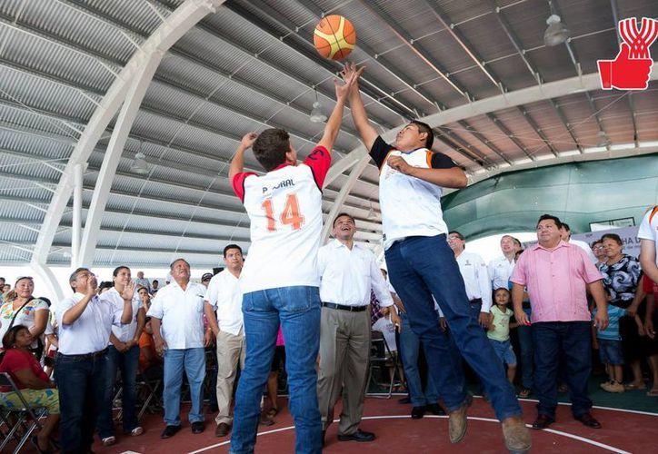 El gobernador Rolando Zapata Bello durante una de sus actividades del lunes. (SIPSE)