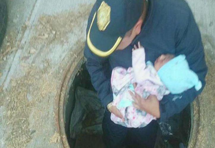 Tras escuchar llanto, policías y el escuadrón de emergencias rescataron a la bebé en un registro de luz de la delegación de Tlalpan. (@SSP_CDMX)