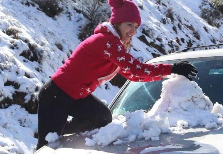 Las bajas temperaturas no impidieron que cientos de familias disfrutaran de la nevada en La Rumorosa. (Foto: La Crónica)