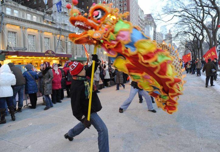 A diferencia de los mexicanos y procedentes de otros países, los inmigrantes chinos llegan a EU a estudiar a las mejores universidades o a trabajar en grandes empresas. (EFE)