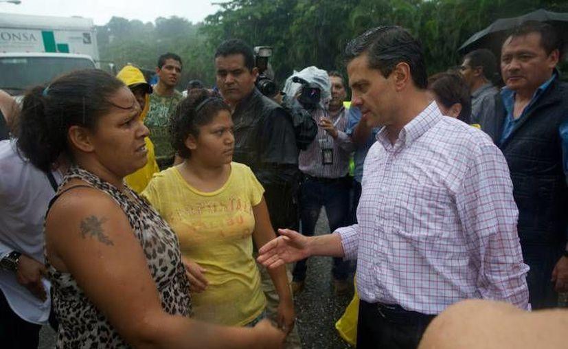 Peña Nieto durante su visita a damnificados en Acapulco el 17 de septiembre. (Milenio)