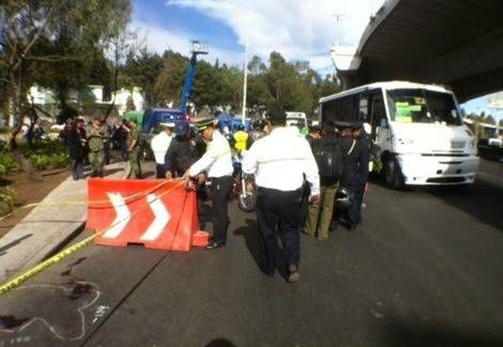 Las personas iban a cruzar la calle cuando fueron sorprendidos por el camión. (Jorge Becerril/Milenio)