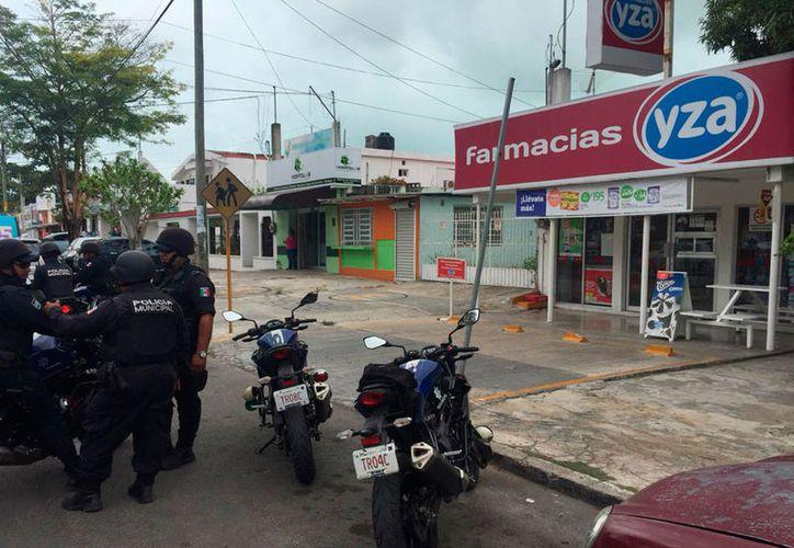 Los policías acudieron al llamado de uno de los empleados de la farmacia. (Redacción/SIPSE)