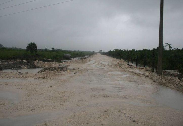 El camino de acceso a la comunidad de San José de la Montaña fue rebasado por el agua de las lagunas. (Harold Alcocer/SIPSE)