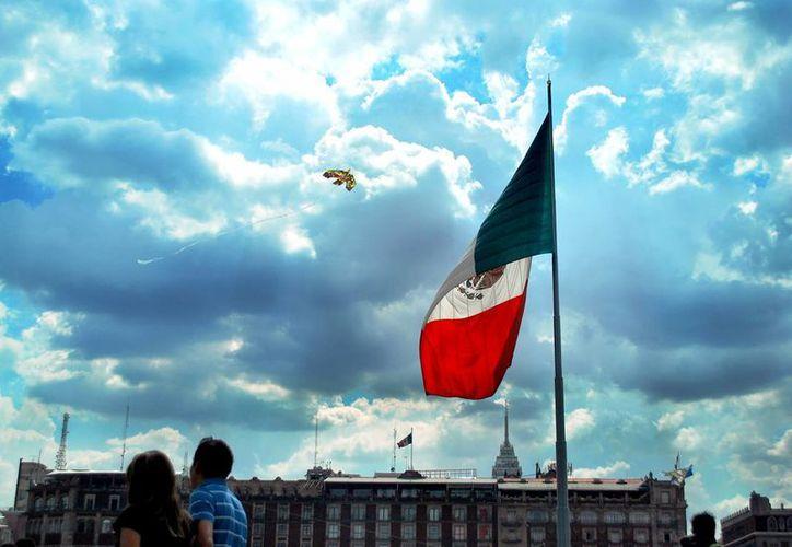 La bandera nacional deberá ondear a toda asta cada 26 de enero para conmemorar el natalicio de Justo Sierra Méndez. (Archivo/Notimex)