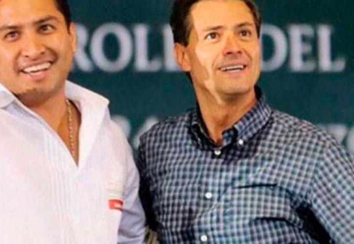 El 'romance' entre el cantante Julión Álvarez y el poder se reforzó con las declaraciones de Peña Nieto: 'Es un ejemplo para la juventud', dijo el mandatario acerca del cantante. (debate.com.mx)