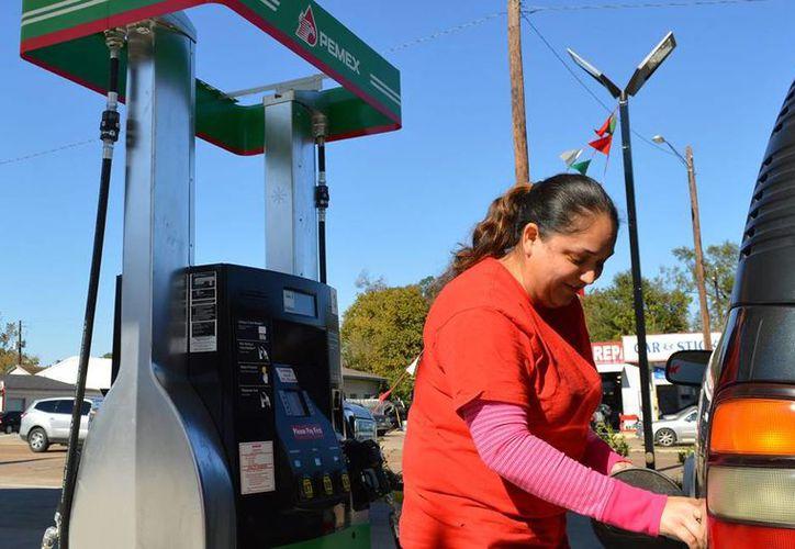 La gente se mostró feliz cuando se enteró de que las gasolinas que expende Pemex tendrán precios preferenciales en la Península de Yucatán, tal como sucede con las gasolineras de Pemex en Estados Unidos, a donde corresponde la imagen. (Archivo/NTX)