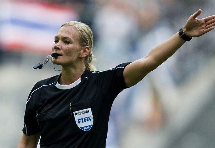 Bibiana Steinhaus, es compañera sentimental del ex árbitro inglés Howard Webb y será este domingo cuando debute como árbitro en la Bundesliga. (Foto: Vanguardia MX)