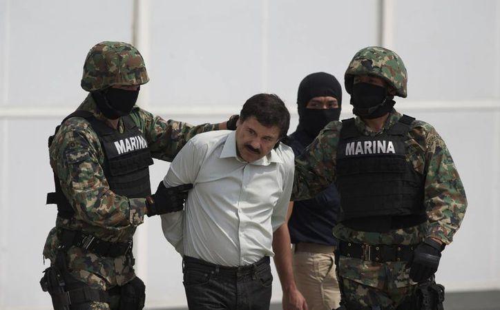 'El Chapo' Guzmán durante su traslado a un helicóptero de la Policía Federal, ya había sido apresado hace años, pero se fugó del penal de Puente Grande, Jalisco. (Agencias)