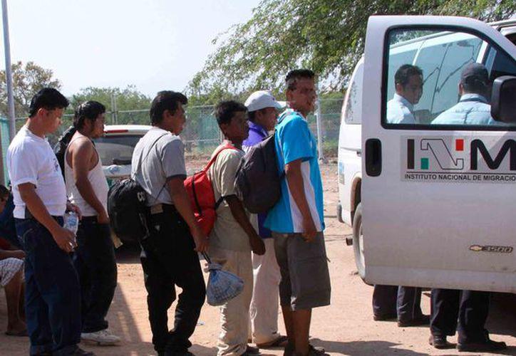 Los migrantes, sin agua ni comida, fueron obligados a descender del tractocamión en el que viajaban. (Internet/Contexto)