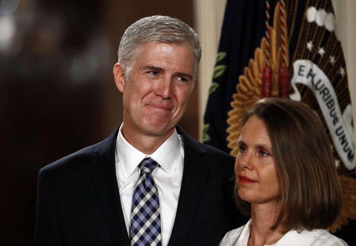 Neil Gorsuch, aquí con su esposa Louise, es considerado el 'sucesor natural' del fallecido juez Antonin Scalia. (AP/Carolyn Kaster)