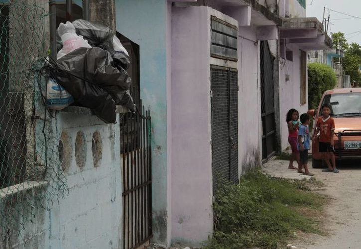 Las calles de Bonfil lucen con más de tres bolsas de basura. (Tomás Álvarez/SIPSE)
