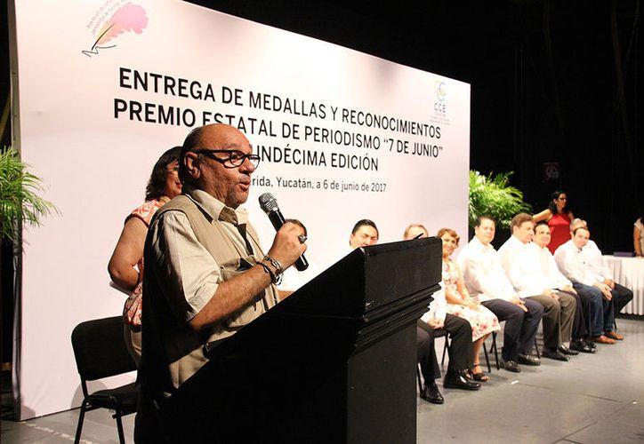 El periodista Luis Boffil fue reconocido por su trayectoria. (Jorge Pallota/Milenio Novedades)