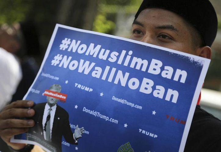 El veto a los musulmanes es una de las medidas más polémicas de la recién iniciada presidencia de Donald Trump. (AP/Vincent Thian)