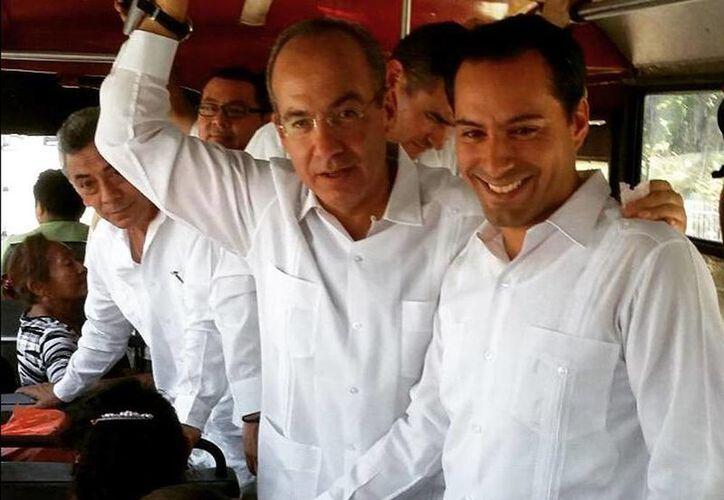 Imagen del expresidente Felipe Calderón acompañado de César Bojorquez (izquierda) y Mauricio Vila (derecha). (@MauVila)