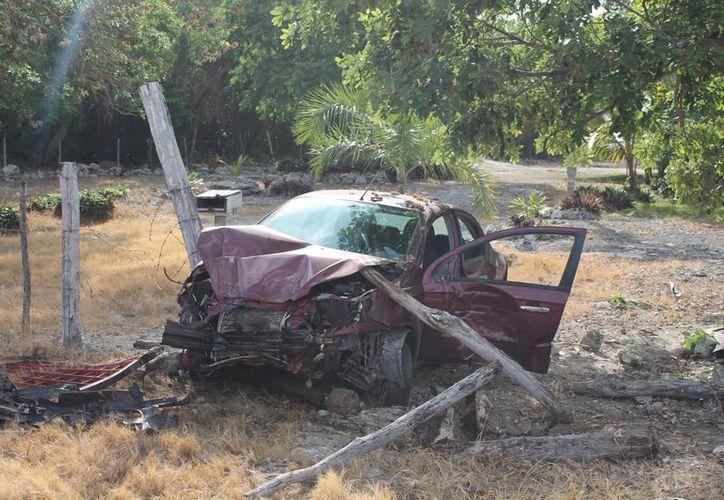 La intención de la joven de no atropellar a un perro, la llevó no sólo a destrozar su vehículo sino poner en riesgo su vida y de sus acompañantes. (Rossy López/SIPSE)