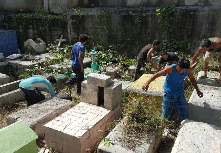 Alrededor de 70 personas se sumaron a las actividades de limpieza de los panteones. (Jesús Tijerina/ SIPSE)