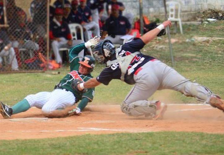En la foto, el catcher de Piratas de Campeche pone fuera al león José Juan Aguilar. (Foto tomada de leones.mx)