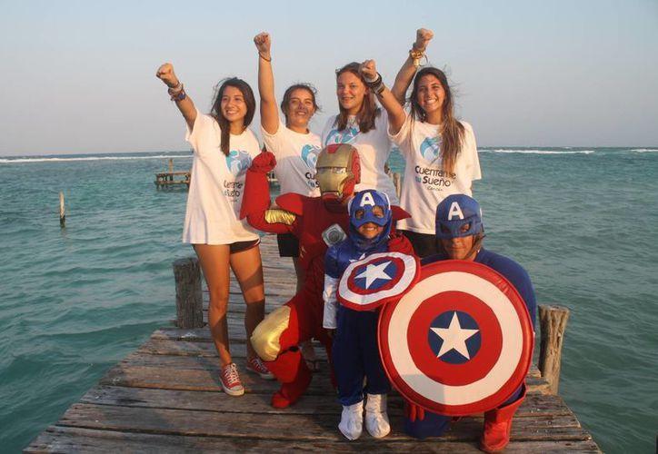 Al final del recorrido, el pequeño se encontró con Iron Man y el Capitán América. (Tomás Álvarez/SIPSE)