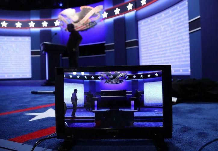Parte del escenario donde se llevará a cabo este lunes el primer debate presidencial entre los candidatos a la Casa Blanca, la demócrata Hillary Clinton y el republicano Donald Trump, en la Universidad de Hofstra en Nueva York. (EFE)