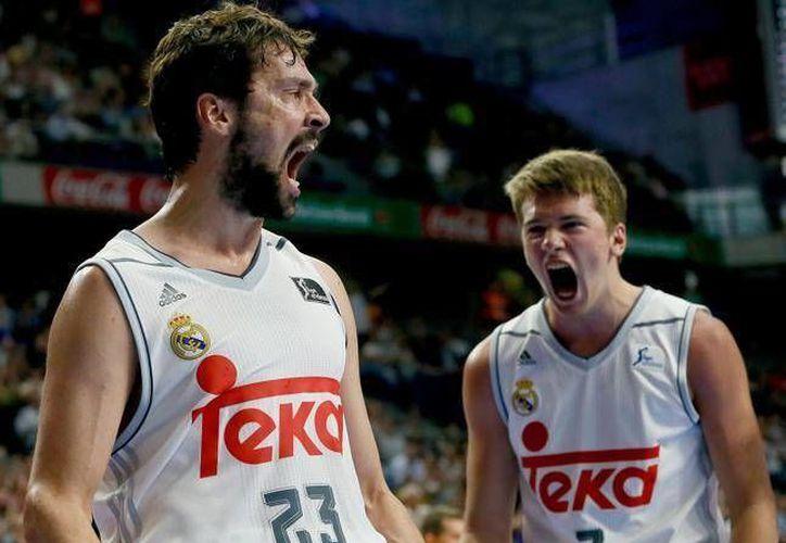 Jugadores del Real Madrid de basquetbol, en el que suele ser titular el mexicano Gustavo Ayón, ganaron al Murcia en cuartos de final de la Liga Endesa. (EFE)