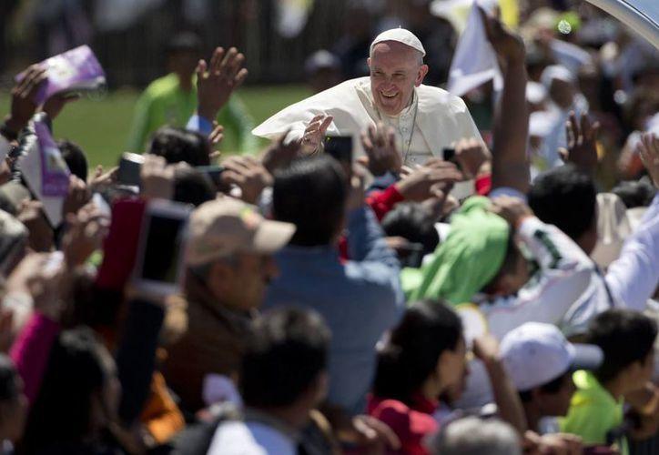 El Papa Francisco se detuvo a bendecir a un niño enfermo que esperaba su paso en el estadio de Tuxtla Gutiérrez. (AP)