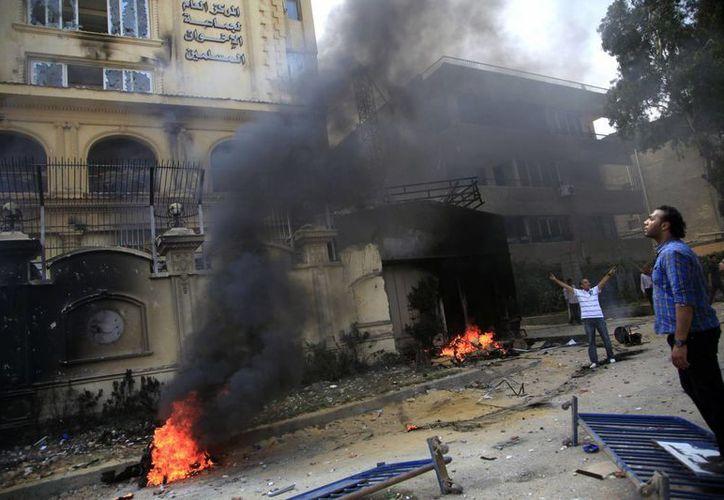 Severos daños ocasionados al edificio de la Hermandad, en el barrio de Muqatam. (Agencias)