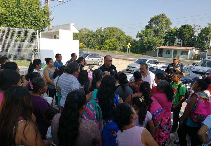 Los padres de familia dialogaron con las autoridades. (Carlos Castillo/SIPSE)
