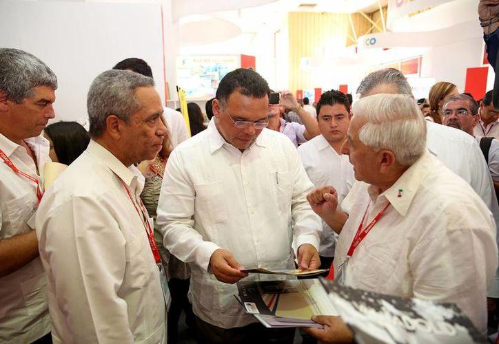 El gobernador Rolando Zapata Bello recorrió el espacio de Yucatán en el recinto de la Expo Cuba. (Milenio Novedades)
